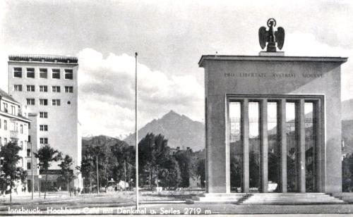 Historische Ansicht des Befreiungsdenkmals mit der Serles.