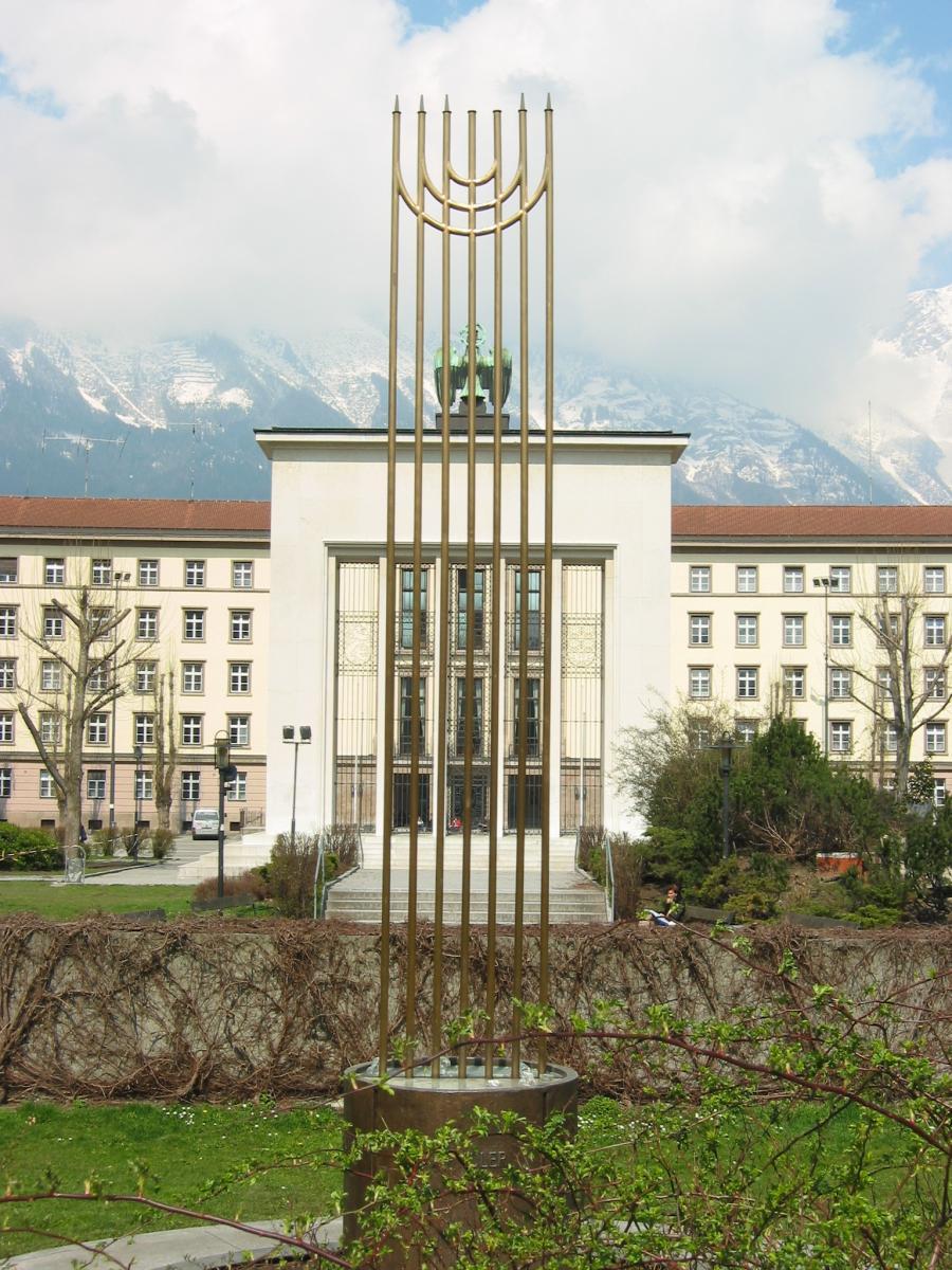 Das Pogromdenkmal in Linie mit dem Befreiungsdenkmal und dem Landhaus.
